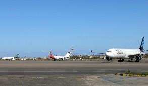 صورة التقطت في 08 نيسان/أبريل 2019 لطائرات في مطار معيتيقة الدولي في العاصمة الليبية طرابلس.