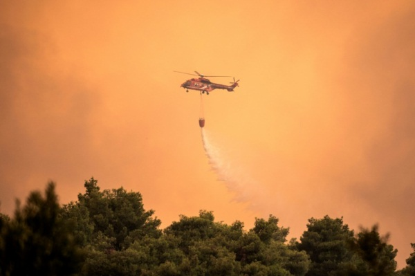 مروحية تعمل على إطفاء حريق ضخم في قربية بساشنا في جزيرة إيفيا اليونانية بتاريخ 13 أغسطس 2019