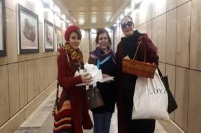 الناشطات الإيرانيات الثلاث أثناء توزيعهن الورود فی مترو طهران