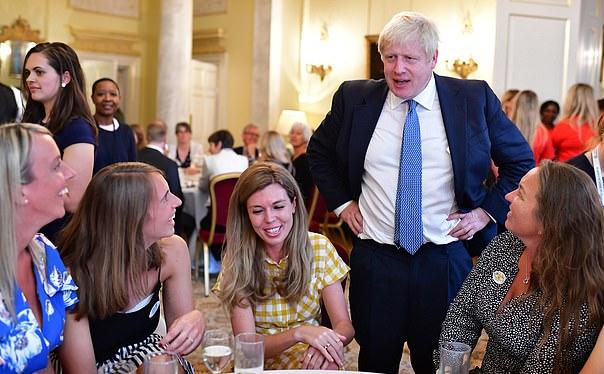 جونسون خلال حفل اجتماعي في مقر الحكومة (صورة من 10 داونينغ ستريت)