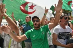 جزائريون يتظاهرون في الجزائر العاصمة ضدّ السلطة