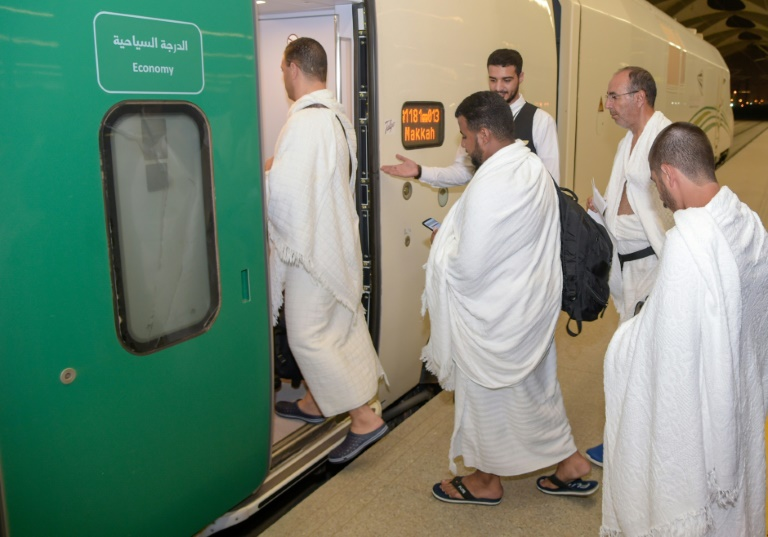 حجاج سعوديون يستقلون
