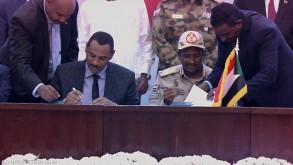 لحظة توقيع الإتفاق التاريخي في السودان