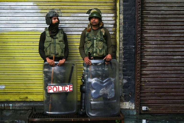 عنصران أمنيان في نوبة حراسة اثناء إغلاق أمني في سريناغار في كشمير في 14 آب/اغسطس 2019.