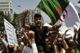 حراك الجزائر يتمسك بإجراء انتخابات رئاسية