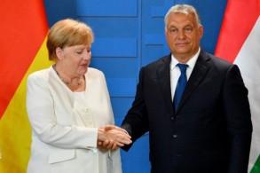 رئيس الوزراء المجري فيكتور أوربان مصافحا المستشارة الألمانية أنغيلا ميركل في سوبرون في 19 أغسطس 2019