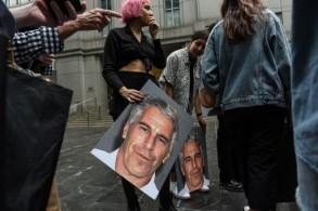 نشطاء يرفعون صور ابستين أمام المحكمة
