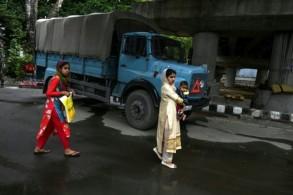 مارة في أحد شوارع سريناغار حيث تنتشر بكثافة عربات وعناصر أمن، في 17 أغسطس 2019