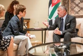 وزيرة الدفاع الألمانية أنغريت كرامب - كارنباور تتحادث مع العاهل الأردني الملك عبد الله الثاني خلال استقبالها في قصره في عمان في 19 أغسطس 2019