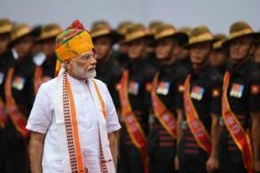 رئيس الوزراء الهندي نارندرا مودي يستعرض حرس الشرف خلال الاحتفالات بيوم الاستقلال ال73 في نيودلهي في 15 أغسطس 2019