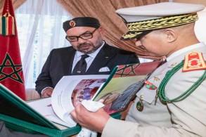 أثناء تسليم الكتاب إلى الملك المغربي