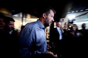 وزير الداخلية الإيطالي ماتيو سالفيني يخرج من فندق بعد اجتماع مع أعضاء حزب الرابطة في وسط روما في 12 أغسطس 2019
