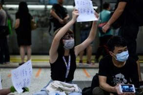 متظاهرون يحملون شعارات في محطة كولون تونغ في هونغ كونغ في 21 أغسطس 2019