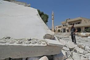 نازح سوري من خان شيخون كبرى بلدات ريف ادلب الجنوبي يقف أمام منزله المدمر في البلدة في 3 آب/اغسطس 2019.