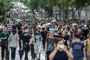 متظاهرون مطالبون بالديموقراطية يشاركون في مسيرة في منطقة هونغ هوم في هونغ كونغ في 17 أغسطس 2019