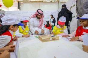 وزير الثقافة السعودي رفقة طلاب خلال زيارته لمعرض الرياض الدولي للكتاب (واس)