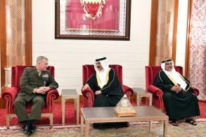 العاهل البحريني خلال لقاء مع قائد القيادة المركزية الاميركية - وكالة أنباء البحرين