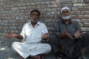 رجلان كشميريان ينتظران أمام مركز للشرطة في سريناغار لمعرفة اخبار عن اقاربهم الذين يقولون ان السلطات تحتجزهم