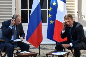 الرئيس الفرنسي إيمانويل ماكرون ونظيره الروسي فلاديمير بوتين في المقر الرئاسي الصيفي بقلعة فريغانسون في جنوب فرنسا في 19 أغسطس 2019