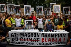 محتجون ضد قمة السبع الكبار يحملون صور ماكرون بالمقلوب في بايون