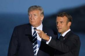 ترمب (يسار) وماكرون قبل التقاط الصورة التذكارية لقادة مجموعة السبع في 25 أغسطس 2019 في اليوم الثاني من قمتهم السنوية في بياريتس في جنوب غرب فرنسا