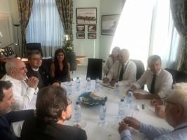 صورة من حساب ظريف على تويتر تظهره مجتمعا مع ماكرون ولودريان في بياريتس بعد ظهر الاحد في 25 أغسطس 2019