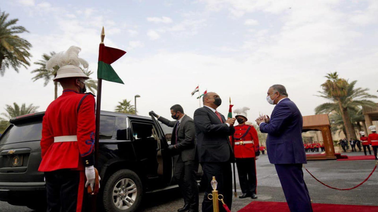 الكاظمي مستقبلا الخصاونة لدى وصوله الى بغداد الخميس