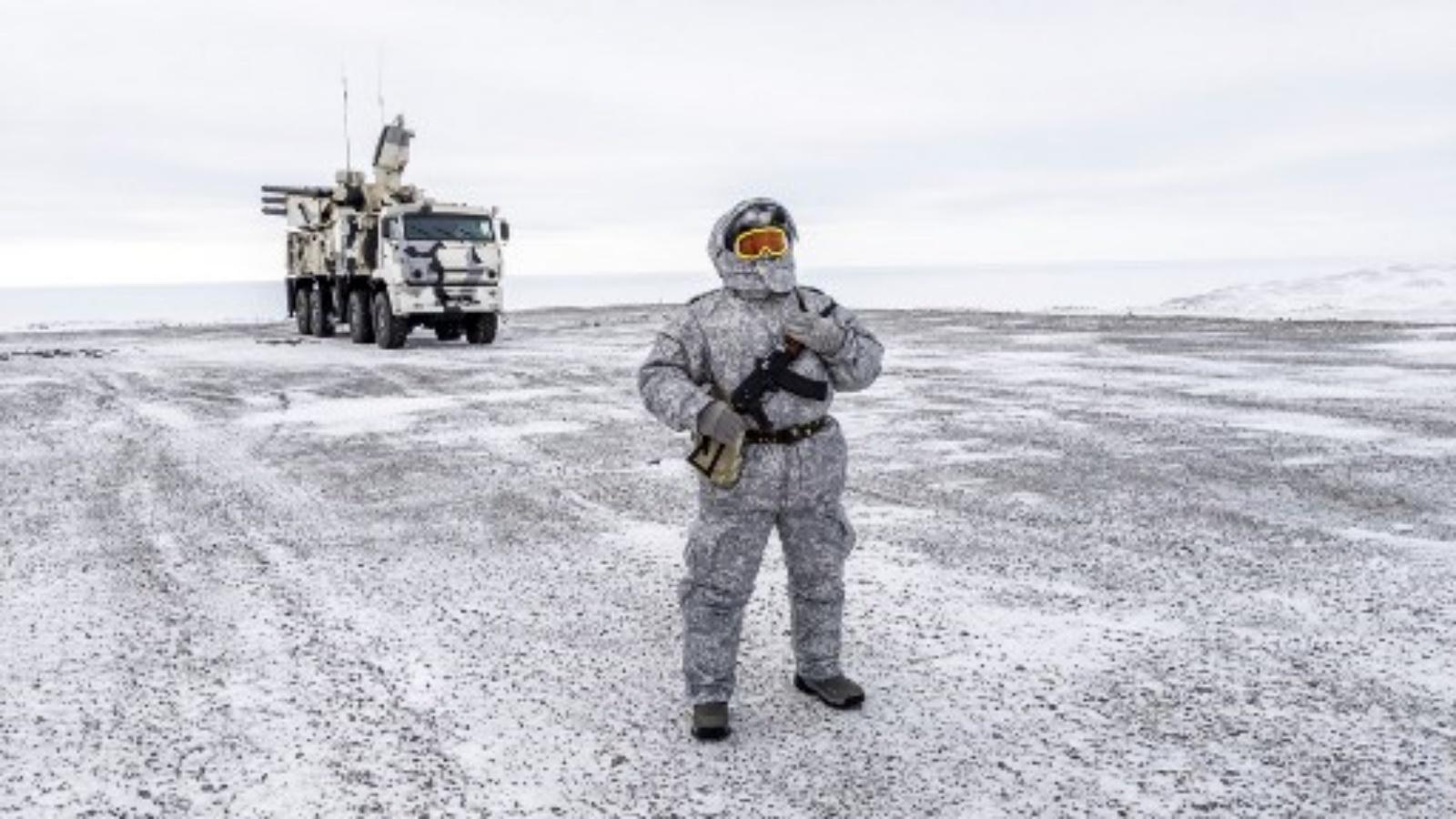 جندي يحمل مدفعا رشاشا أثناء قيامه بدوريات في القاعدة العسكرية الشمالية الروسية في جزيرة كوتيلني ، وراء دائرة القطب الشمالي. تنشر الولايات المتحدة قاذفات بعيدة المدى من طراز B-1 إلى النرويج للتدريب في منطقة High North ذات الأهمية الاستراتيجية ، وهو عرض جديد للقوة في حشد عسكري مستمر غير مرئي في المنطقة منذ الحرب الباردة