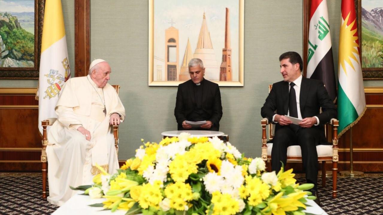 البابا مجتمعا في اربيل مع رئيس اقليم كردستان نجيرفان بارزاني الاحد