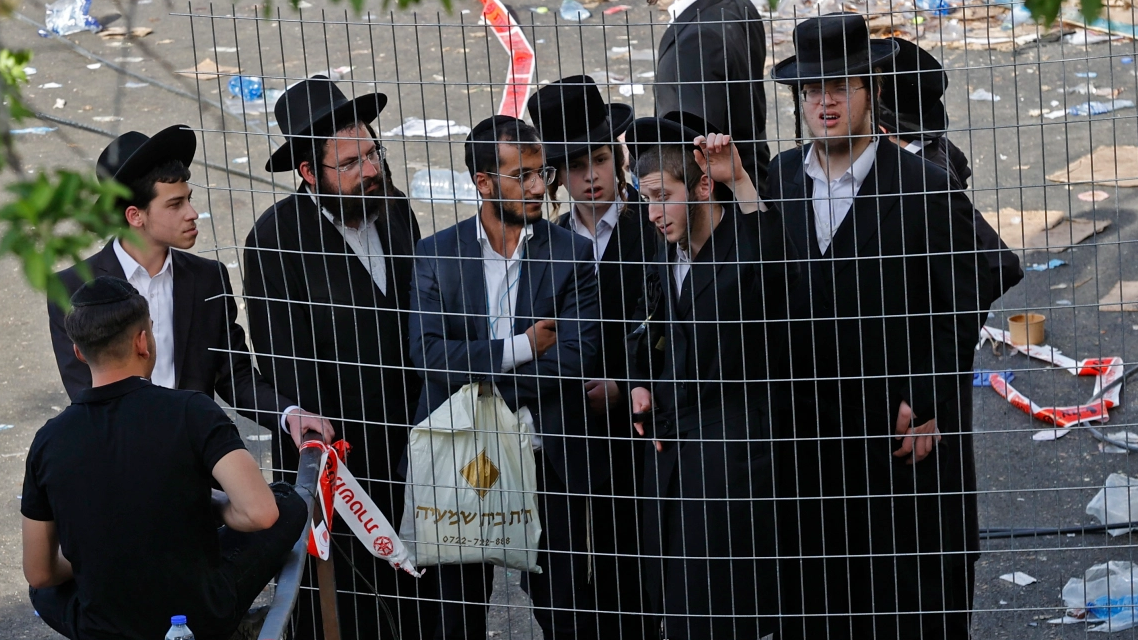 رجال دين يتجمعون في مكان الحادث