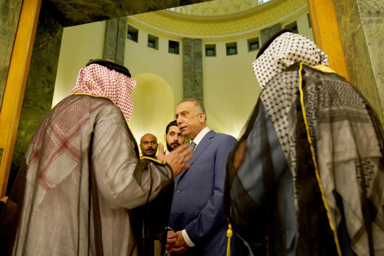 الكاظمي متحدثا مساء الاربعاء مع عدد من رؤساء العشائر العراقية
