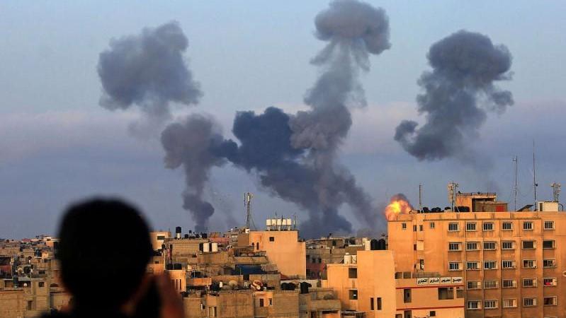 دخان القصف الإسرائيلي على خان يونس في غزة الثلاثاء