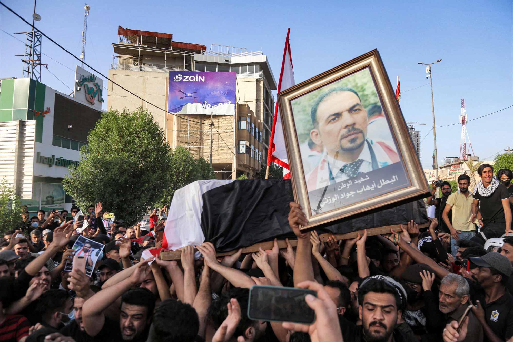 محتجون في كربلاء يشيعيون جثمان الناشط الوزني