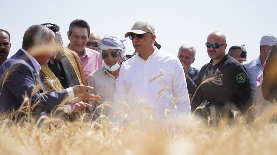 الكاظمي يتابع عمليات حصاد مزارع الحنطة بمحافظة واسط الجنوبية