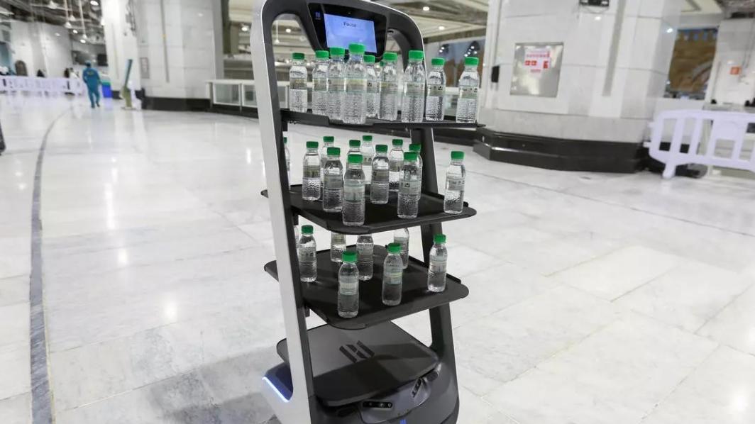 السعودية نيوز |  روبوتات لتوزيع مياه زمزم على زوار مكة