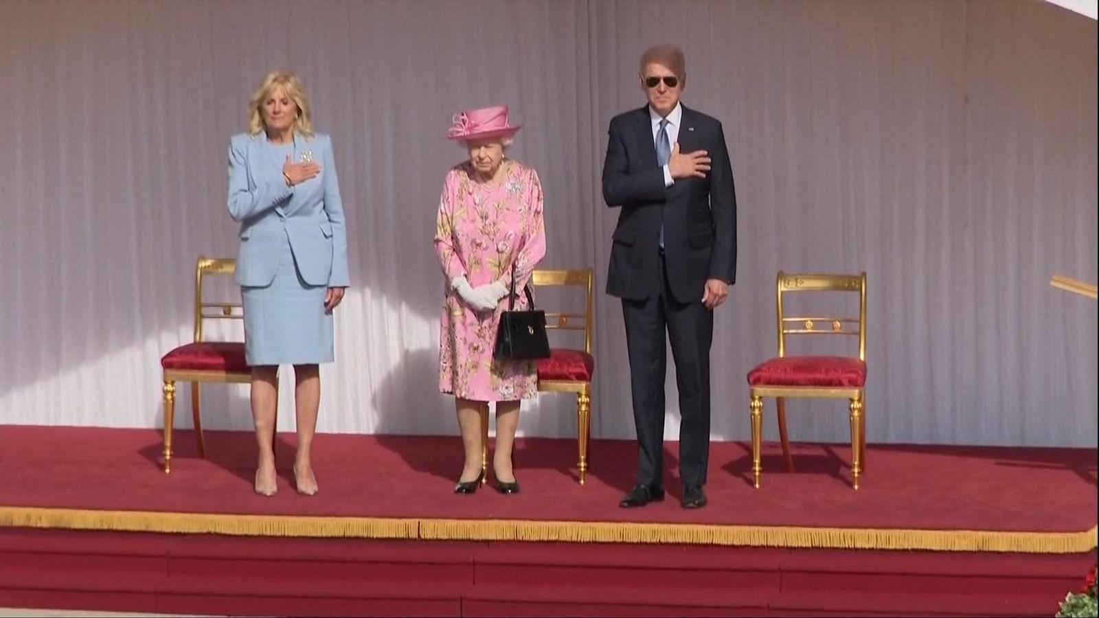 ملكة بريطانيا وبايدن وزوجته يستعرضان حرس الشرف