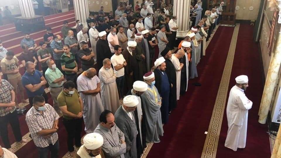 صلاة شيعية سنية في مسجد الامام ابو حنيفة النعمان وسط بغداد مساء السبت