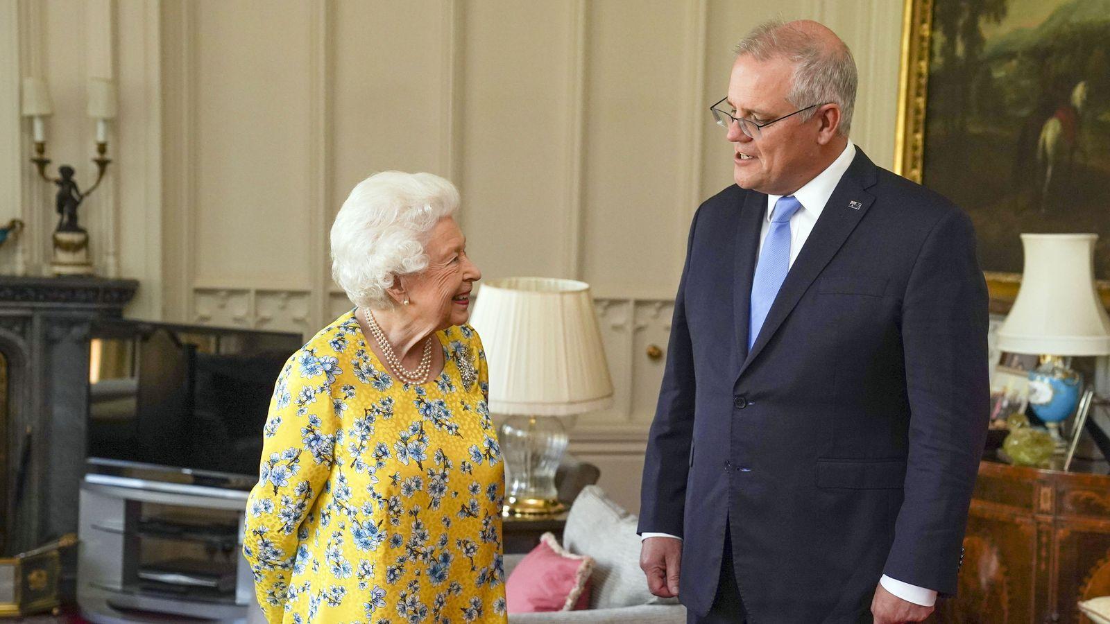 ملكة بريطانيا خلال استقبالها لرئيس وزراء استراليا في قلعة وندسور