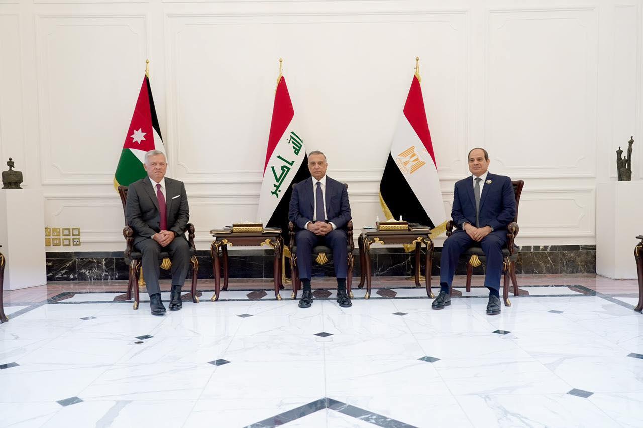 الكاظمي يتوسط السيس والملك عبد الله خلال قمتهم الثلاثية في بغداد الاحد