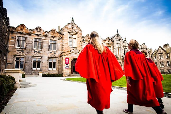 طلاب من جامعة سانت أندروز الأسكوتلندية - صورة من موقع الجامعة