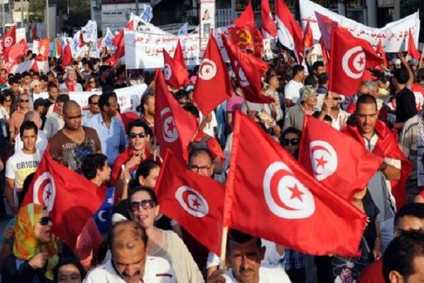 تونسيون يلوحون بالاعلام امام المجلس الوطني في تونس