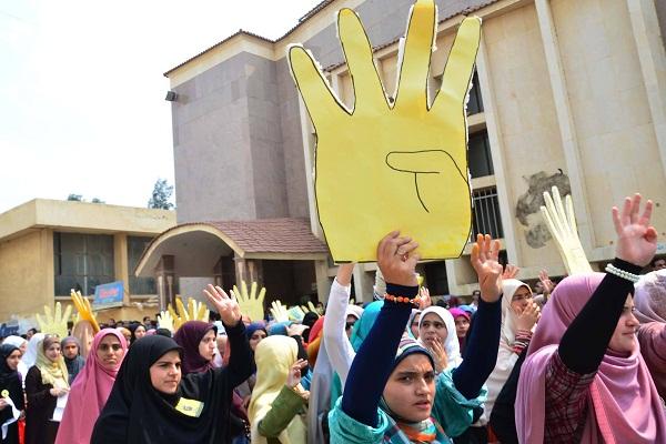 طالبات يرفعن شعار
