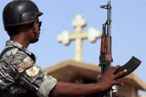 جندي عراقي بالقرب من كنيسة