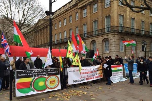 متظاهرون أكراد يرفعون شعار الفيدرالية التي يعتبرونها الحل الأمثل لقضيتهم في سوريا