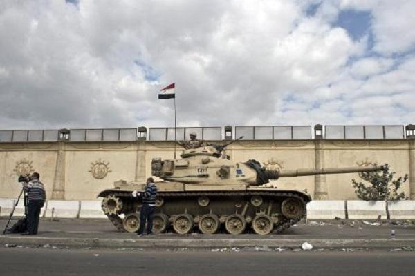دبابة للجيش المصري عند اسوار سجن طرة