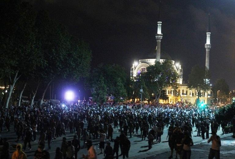 متظاهرون أتراك بالقرب من مسجد