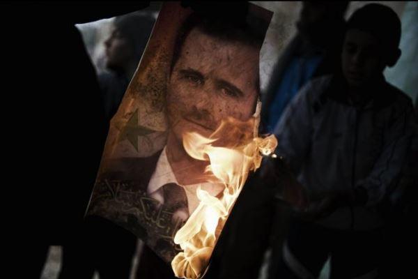 سوريون يحرقون صورة الأسد