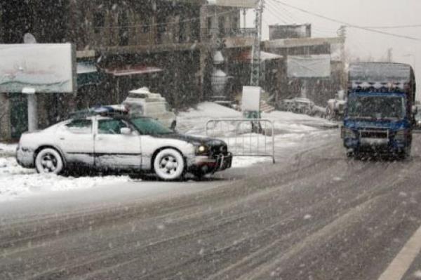 الثلوج تتساقط في منطقة ضهر البيدر في لبنان - أرشيفية