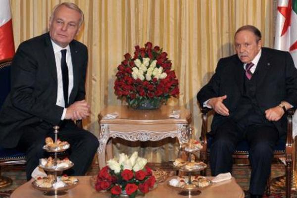 بوتفليقة خلال استقباله رئيس الوزراء الفرنسي جان مارك آيرولت