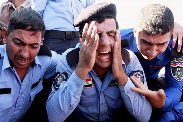 جنود عراقيون يبكون ضحايا قضوا في تفجيرات إرهابية